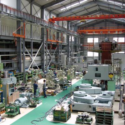 エヌテックでは、広々とした工場で大型プレスの組立などを行っています。